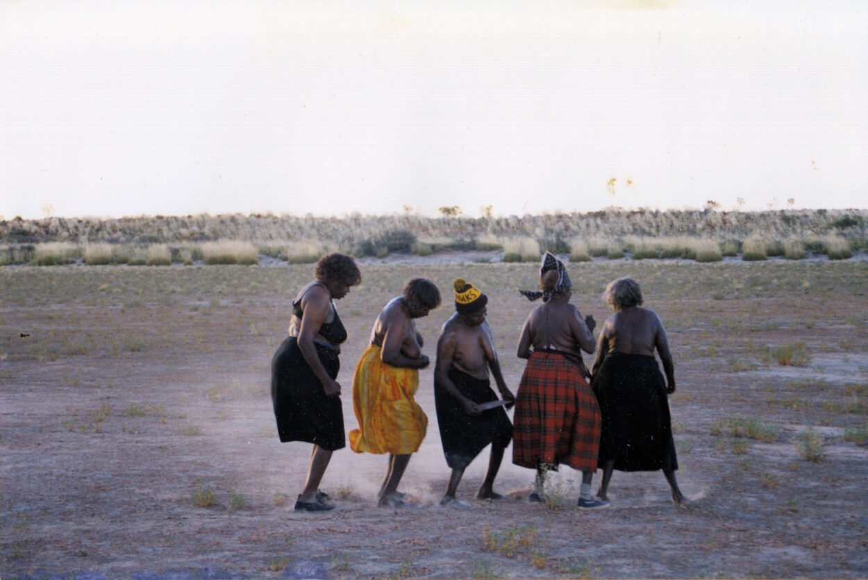 Dancing Up Country – Dancing on Claypans - Mina Mina 1999 © Gallery Gondwana