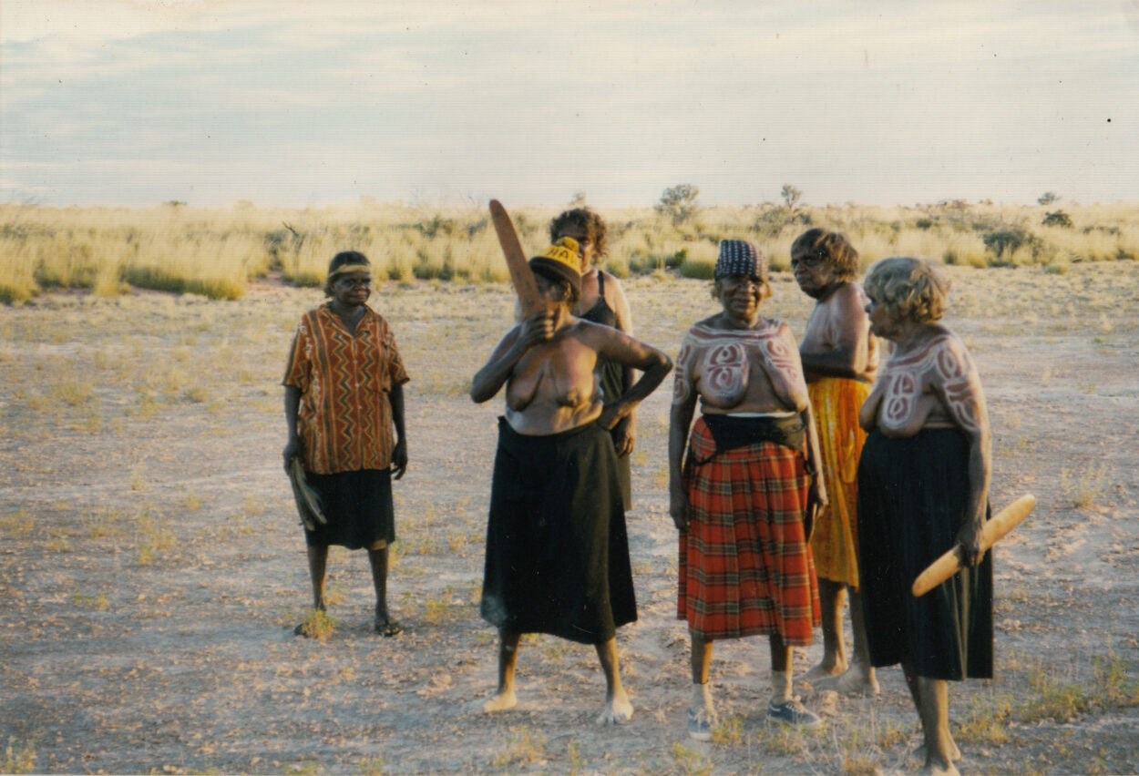 Preparing for Dancing Up Country – Dancing on Claypans - Mina Mina 1999 © Gallery Gondwana