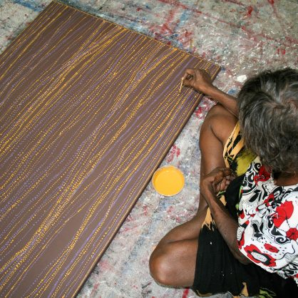 Dorothy Napangardi - artist at work on her painting Sandhills - Cat 13704DN